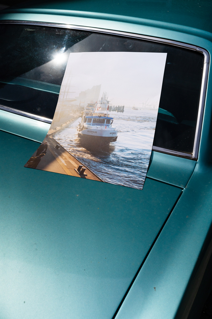 Morgens am Hafen – Ankerwechsel limitierter Fotodruck auf Oltimer